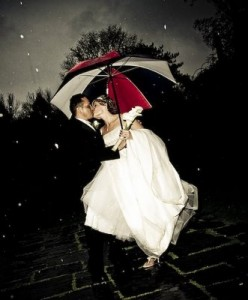 wedding-rain-kiss